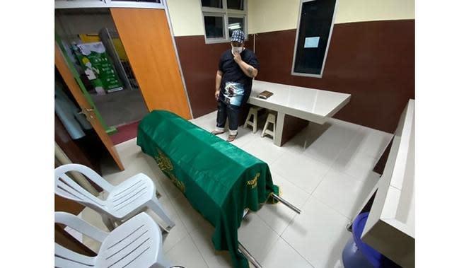 6 Momen Ivan Gunawan Temani Mendiang Ayah Hingga Dimakamkan, Berusaha Tegar (sumber: Instagram.com/ivan_gunawan)