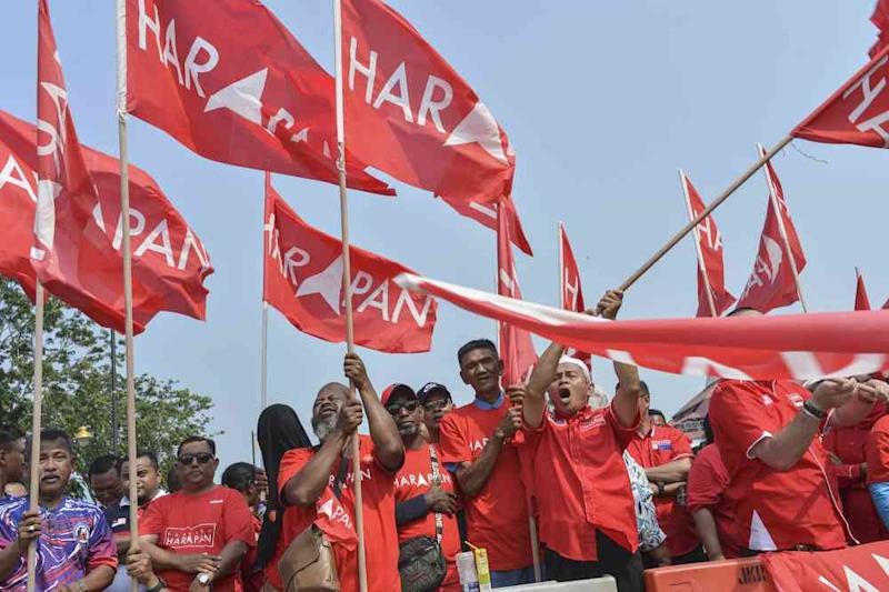Pakatan Harapan supporters are seen outside Dewan Jubli Intan in Pontian November 2, 2019. — Picture by Shafwan Zaidon