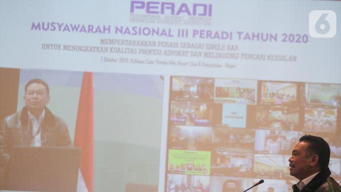 Ketua Umum Peradi terpilih periode 2020-2025 Otto Hasibuan memberi sambutan pada Munas III Peradi di Bogor, Rabu (7/10/2020). Munas secara daring memutuskan Otto Hasibuan terpilih sebagai Ketua Umum Peradi mengalahkan Ricardo Simanjuntak dan Charles Janer Natigor Silalahi. (Liputan6.com/HO/Agus)