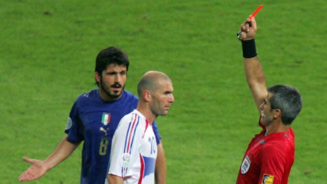 Gelandang Prancis, Zinedine Zidane, mendapat kartu merah usai menanduk bek Italia, Marco Materazzi, saat final Piala Dunia 2006 Stadion Olympic, Jerman (9/7/2006). Tandukan tersebut merupakan salah satu momen ikonik pada ajang Piala Dunia 2006. (AFP/Roberto Schmidt)