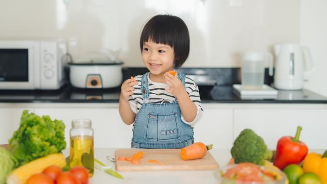 ilustrasi anak makan /copyright By Makistock from Shutterstock