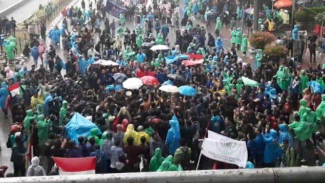 Hujan Turun, Massa Demo Omnibus Law Bubarkan Diri