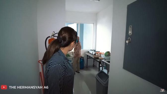Suasana kantor Anang Hermansyah dan Ashanty. (YouTube The Hermansyah A6)