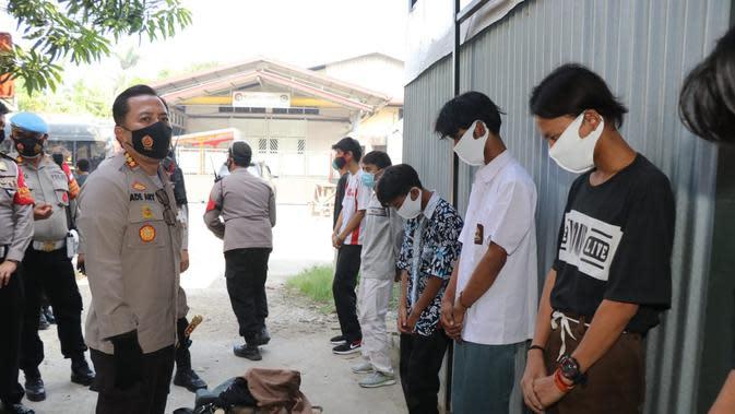 59 siswa yang ingin mengikuti demo Omnibus Law RUU Cipta Kerja diamankan polisi di perbatasan Tangerang-Tangerang Selatan, Kamis (8/10/2020). (Liputan6.com/Pramita Tristiawati)