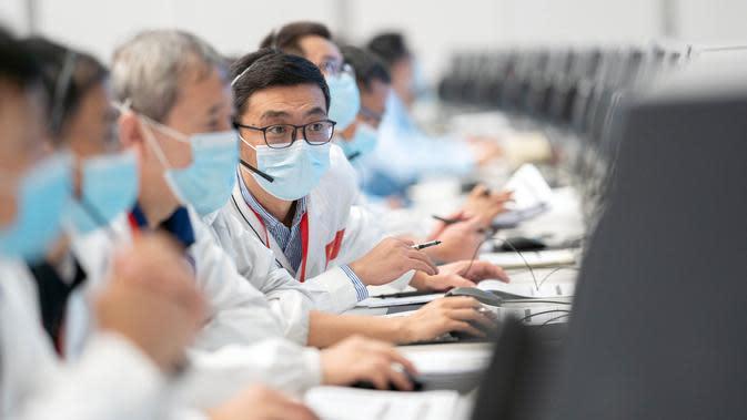 Para personel teknis bekerja di Pusat Kendali Antariksa Beijing (Beijing Aerospace Control Center/BACC) di Beijing, ibu kota China (9/10/2020). Wahana penjelajah Mars China, Tianwen-1, berhasil melakukan manuver orbital (deep space) pada Jumat (9/10) malam waktu Beijing. (Xinhua/Cai Yang)