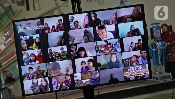 Layar menampilkan wajah siswa saat wisuda virtual Kelompok Bermain Taman Kanak-kanak (KB TK) Sekolah Nasional Satu (Nassa School) di Bekasi, Rabu (1/07/2020). Sekolah itu menggunakan teknologi virtual dan roboda guna memudahkan prosesi wisuda selama Covid-19. (Liputan6.com/Herman Zakharia)