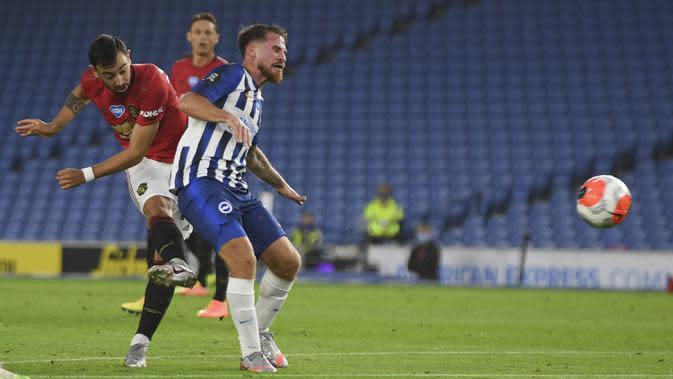 Gelandang Manchester United, Bruno Fernandes, melepaskan tembakan ke gawang Brighton pada laga Premier League pekan ke-32 di Stadion Falmer, Rabu (1/7/2020) dini hari WIB. Manchester United menang 3-0 atas Brighton. (AFP/Mike Hewitt/pool)