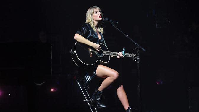 Pemilik nama lengkap Taylor Alison Swift ini mengenakan baju hitam yang dipadukan dengan boots berwarna senada di salah satu konsernya pada September lalu. (Liputan6.com/IG/@taylorswift)