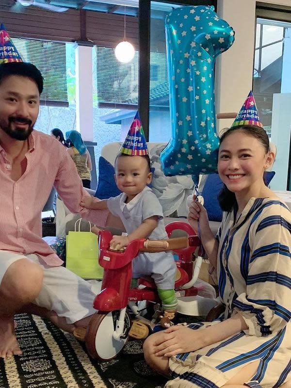 Kehamilan anak kedua ini juga hadiah terindah untuk sang suami. Perempuan 31 tahun kelahiran Padang itu juga mendoakan semua yang berjuang hamil segera diberikan pada waktu yang tepat. (Instagram/whulandary)