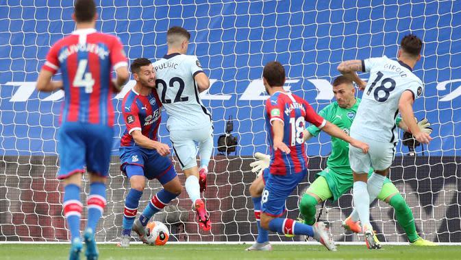 Striker Chelsea, Olivier Giroud (kanan) mencetak gol pembuka untuk timnya ke gawang Crystal Palace dalam lanjutan Liga Inggris di Selhurst Park, Rabu (8/7/2020) dini hari WIB. Lewat pertarungan ketat, Chelsea berhasil menaklukkan Crystal Palace 3-2. (PETER CZIBORRA/ POOL / AFP)