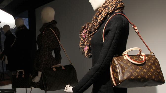 Ilustrasi tas klasik Louis Vuitton memperlihatkan koleksi musim gugur 2011 di Paris (PIERRE VERDY / AFP)