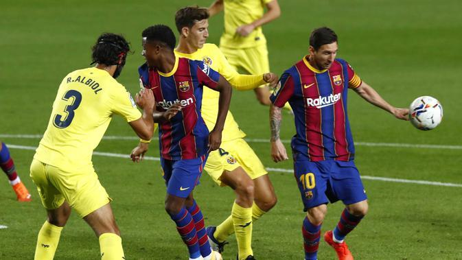 Striker Barcelona, Lionel Messi, berusaha mengontrol bola saat melawan Villareal pada laga Liga Spanyol di Stadion Camp Nou, Senin (28/9/2020). Barcelona menang dengan skor 4-0. (AP Photo/Joan Monfort)