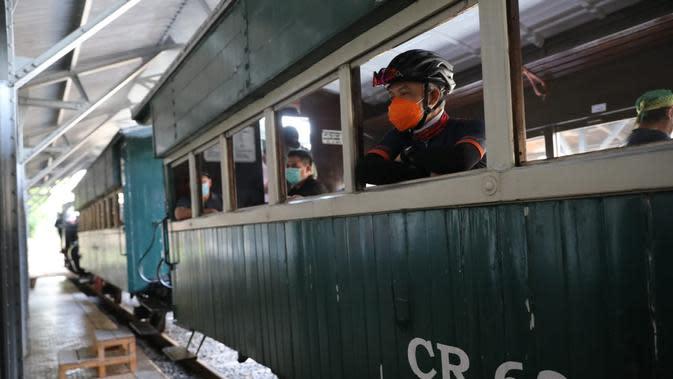 Ganjar Pranowo menaiki kereta api uap di Ambarawa, Sabtu (26/9/2020).