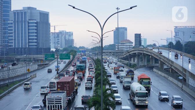 Kendaraan melintasi Jalan Tol Lingkar Dalam Jakarta di Cilandak, Jakarta Selatan, Jumat (2/10/2020). Direktorat Lalu Lintas Polda Metro Jaya mencatat jumlah kendaraan yang melintas pada jalur protokol menurun 21 persen ketika pemberlakuan PSBB Jakarta saat ini. (Liputan6.com/Immanuel Antonius)
