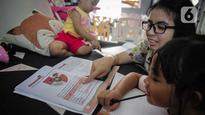 Orang tua mengajari anaknya belajar di rumah di kawasan Cinere, Jakarta. (Liputan6.com/Faizal Fanani)
