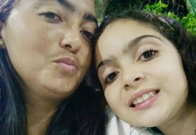 Mãe e filha foram agredidas pelo encanador com golpes de marreta. (Foto: Reprodução/Facebook)