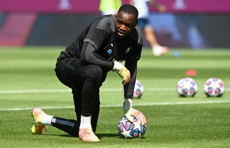 Mandanda leaves France squad amid argument over Covid rules