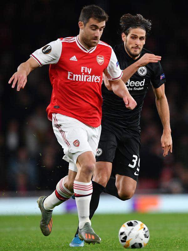 Bek Arsenal, Sokratis Papastathopoulos (kiri) mengontrol bola dibayangi pemain Eintracht Frankfurt pada matchday kelima Grup F Liga Europa di Emirates Stadium, London, Kamis (28/11/2019). Arsenal ditaklukkan Eintracht Frankfurt dengan skor 1-2 di kandang mereka sendiri. (DANIEL LEAL-OLIVAS/AFP)