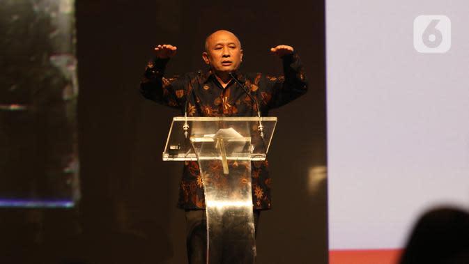 Menkop UKM Teten Masduki memberi paparan dalam Indonesia Digital Conference (IDC) 2019 di Jakarta, Kamis (28/11/2019). IDC digagas para pengurus AMSI sebagai wadah bertukar pengalaman, gagasan, dan strategi membangun ekosistem digital untuk masa depan. (Liputan6.com/Angga Yuniar)