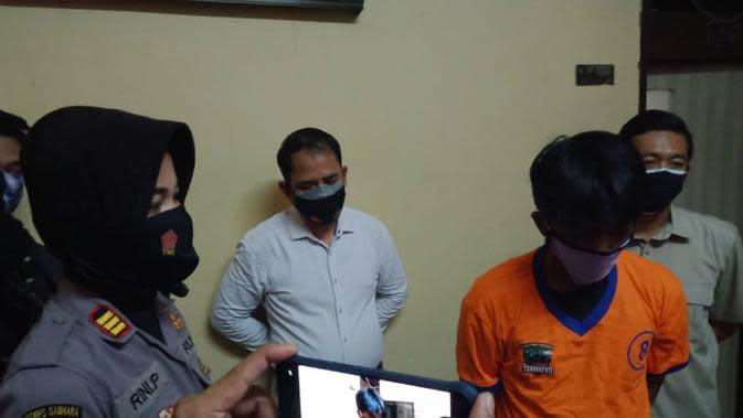 Polsek Wonokromo amankan pelaku yang mengintip dan merekam perempuan di kamar mandi. (Foto: Liputan6.com/Dian Kurniawan)