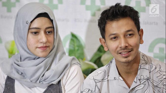 Pasangan Fairuz A Rafiq dan Sonny Septian memberi keterangan usai kelahiran putri mereka di Jakarta, Selasa (22/5). Selama menunggu proses persalinan, Fairuz ditemani oleh suami dan para sahabatnya. (Liputan6.com/Faizal Fanani)