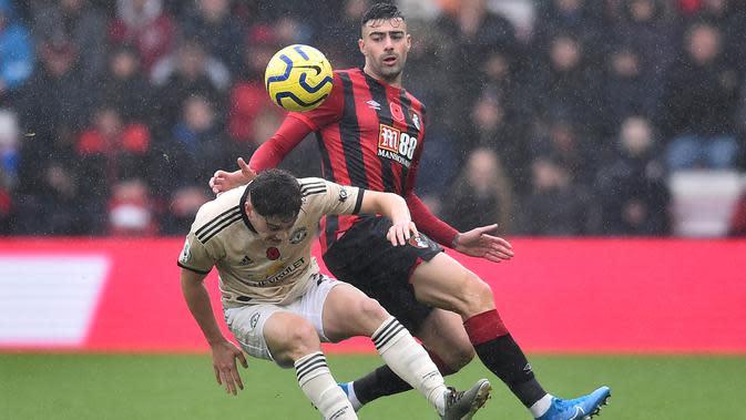 Bek Bournemouth, Diego Rico, berebut bola dengan gelandang Manchester United, Daniel James, pada laga Premier League di Stadion Vitality, Bournemouth, Sabtu (2/10). Bournemouth menang 1-0 atas MU. (AFP/Glyn Kirk)