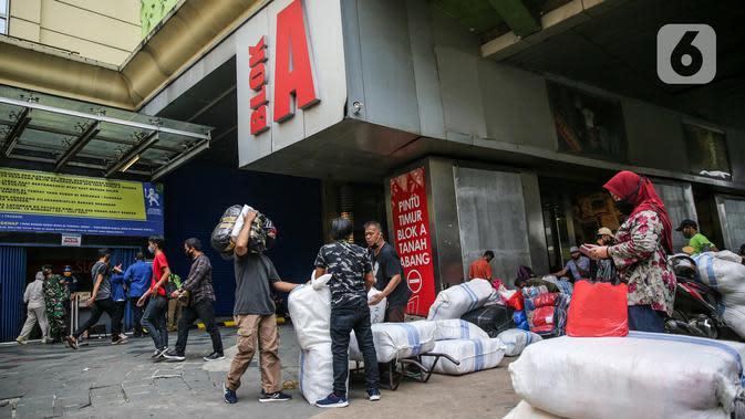 Aktivitas sejumlah orang di depan Pasar Tanah Abang Blok A, Jakarta, Senin (15/6/2020). Setelah hampir tiga bulan ditutup, kawasan Pasar Tanah Abang kembali beroperasi pada Senin (15/6) diikuti dengan penerapan protokol kesehatan pencegahan Covid-19. (Liputan6.com/Faizal Fanani)