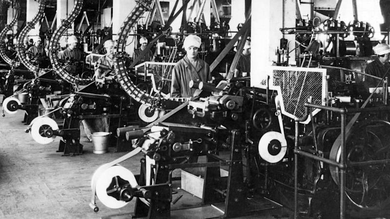flu, flu spanyol, pandemi, virus corona, Woman at an assembly line in a UK factory in the 1920s