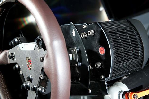 戴上HTC Vive VR 進入賽車座駕的世界