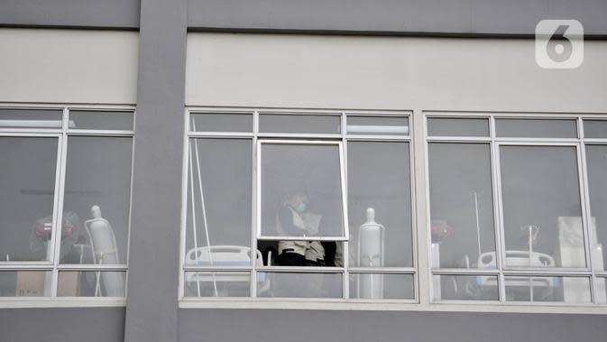 Petugas memeriksa alat pendukung perawatan pasien di Rumah Sakit Darurat Penanganan COVID-19 di Wisma Atlet, Kemayoran, Jakarta, Minggu (22/3/2019). RS Darurat Penanganan COVID-19 hampir 100 persen rampung. (merdeka.com/Iqbal S. Nugroho)