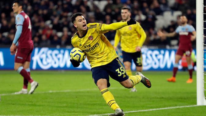 Pemain Arsenal Gabriel Martinelli merayakan golnya ke gawang West Ham United pada pertandingan Liga Inggris di London Stadium, London, Inggris, Senin (9/12/2019). Arsenal menang 3-1. (AP Photo/Kirsty Wigglesworth)