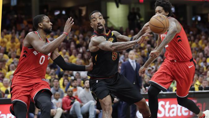 Pemain Cleveland Cavaliers, JR Smith (tengah) mengecoh da pemain Toronto Raptors pada gim keempat semifinal Wilayah Timur NBA playoff di Quicken Loans Arena, Cleveland, (7/5/2018). (AP/Tony Dejak)