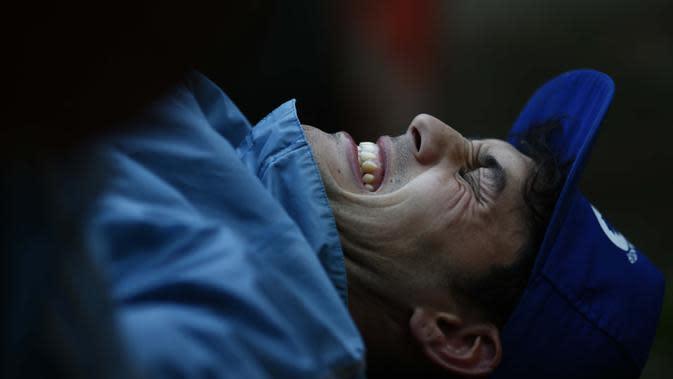 Yamil Peralta berlatih mengangkat beban di rumahnya di Jose C. Paz di Buenos Aires, Argentina, 29 Juli 2020. Di tengah lockdown, petinju profesional ini membuat alat olahraga darurat di rumahnya untuk berlatih dengan harapan lolos kualifikasi Olimpiade Tokyo 2021. (AP Photo/Marcos Brindicci)