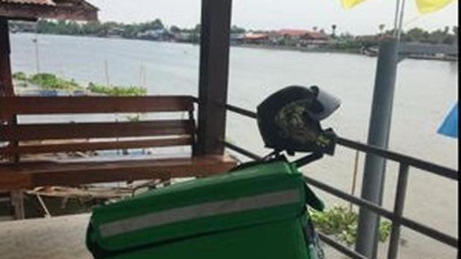 Ojol ini rela sebrang sungai pakai perahu demi antar pesanan pelanggan. (Sumber: Facebook/Ake BK)