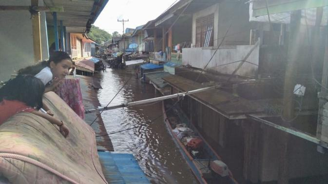 Banjir di Kecamatan Sokan, Kabupaten Melawi, Kalimantan Barat, Minggu (13/9/2020) mengakibatkan 1 warga meninggal dunia, 1.469 KK/5.369 jiwa terdampak dan sedikitnya 70 KK/300 jiwa mengungsi. (Badan Nasional Penanggulangan Bencana/BNPB)