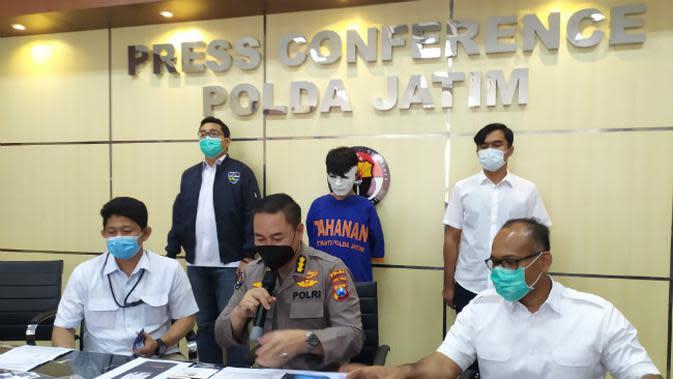 Konferensi pers Polda Jatim terkait penangkapan dua pelaku peretas website KPU Kabupaten Jember. (Foto: Liputan6.com/Dian Kurniawan)