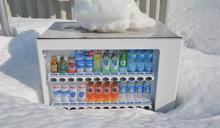 春天到!北海道雪埋販賣機「探出頭」