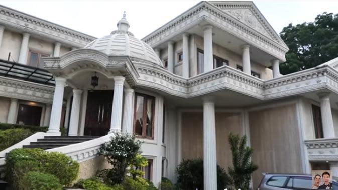 Penampilan rumah yang biasa disebut Istana Cinere milik Anang dan Ashanty.