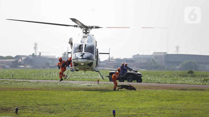 Anggota Polairud bersama tim SAR menunjukkan simulasi pencarian korban bencana saat perayaan HUT ke-69 Polairud di Mako Polairud, Pondok Cabe, Tangerang, Rabu (4/12/2019). Dalam simulasi tersebut turut dikerahkan helikopter hingga anjing K9. (Liputan6.com/Faizal Fanani)