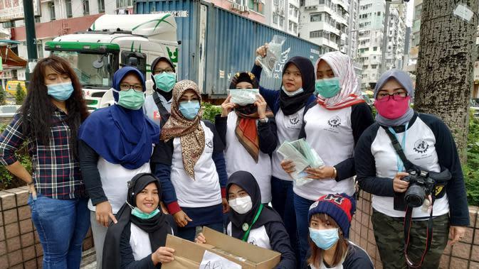Para TKW asal Indonesia bagi-bagi masker di Hongkong (Foto: Liputan6.com/Nur Halimah/Ahmad Adirin)