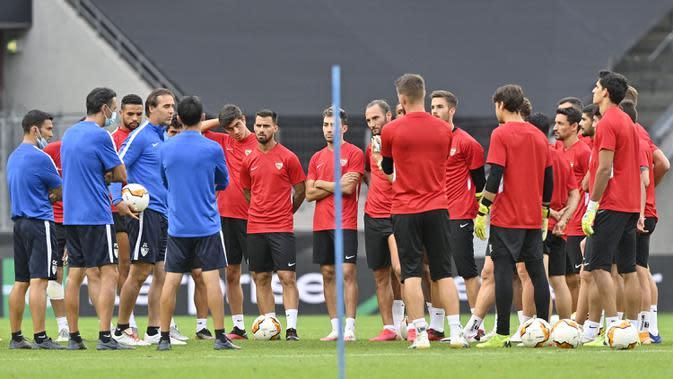 Para pemain Sevilla berkumpul saat sesi latihan di Cologne, Jerman, Kamis (20/8/2020). Sevilla akan menghadapi Inter Milan di final Liga Europa. (AP Photo/Martin Meissner)