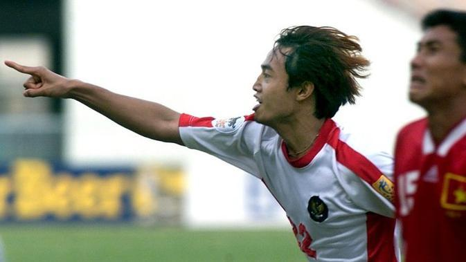 Gendut Doni Christiawan melakukan selebrasi usai membobol gawang Vietnam di semifinal Piala AFF 2000. (AFP/Pornchai Kittiwongsakul)