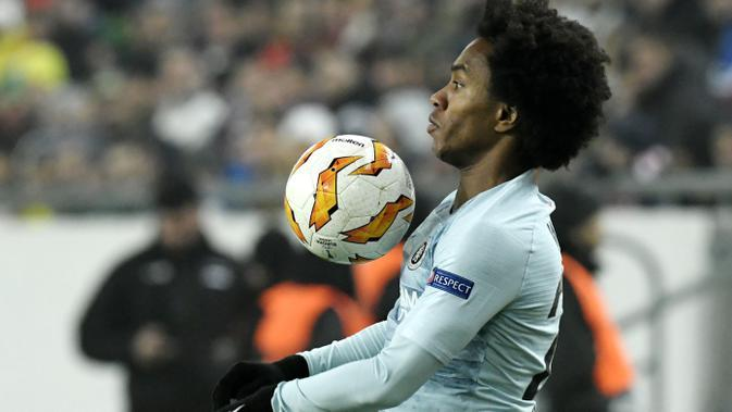 Gelandang Chelsea, Willian, mengontrol bola saat melawan Vidi FC pada laga Liga Europa di Stadion Groupama, Hungaria, Kamis (13/12). Kedua tim bermain imbang 2-2. (AP/Tibor Illyes)