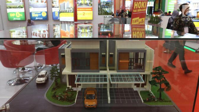 Pengunjung melintasi maket perumahan pada Indonesia Property Expo (IPEX) 2019 di Jakarta Convention Centre (JCC), Sabtu (2/2). Kegiatan yang digelar 2-10 Februari itu menargetkan penyaluran kredit baru senilai Rp 6 triliun. (Liputan6.com/Angga Yuniar)