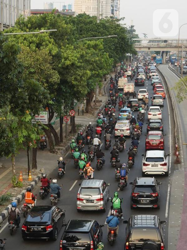Suasana salah satu ruas jalan di kawasan Mampang, Jakarta yang macet pada Senin (29/6/2020). Semakin tingginya mobilitas warga selama masa transisi PSBB menyebabkan jalan-jalan protokol Ibu Kota kembali dihiasi kemacetan parah setiap pagi dan sore hari. (Liputan6.com/Immanuel Antonius)