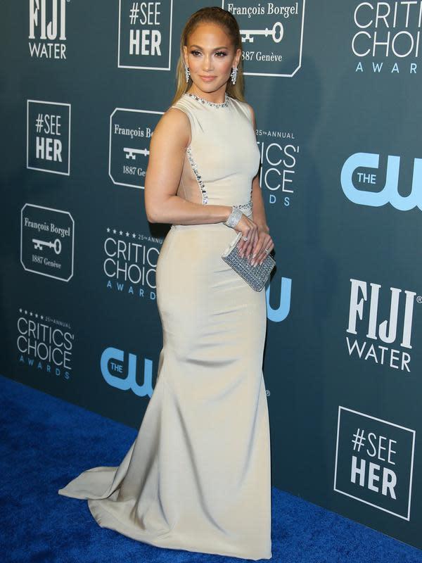 Jennifer Lopez berpose saat menghadiri Critics' Choice Awards 2020 di Barker Hangar, Santa Monica, California, Amerika Serikat, Minggu (12/1/2020). Jennifer Lopez tampil cantik dengan mengenakan gaun krem yang memperlihatkan punggung dan sampingnya. (Photo by Jean-Baptiste LACROIX/AFP)