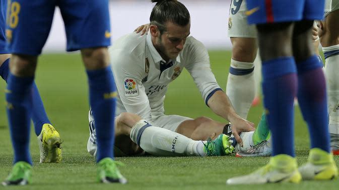 Winger Real Madrid Gareth Bale terkena cedera betis pada el clasico melawan Barcelona di Estadio Santiago Bernabeu, Senin (24/4/2017) dinihari WIB. (AP Photo/Daniel Ochoa de Olza)