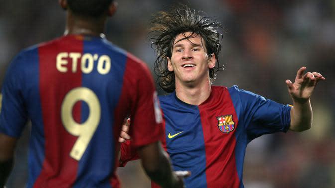 Striker Barcelona, Lionel Messi, melakukan selebrasi bersama Samuel Eto'o, usai membobol gawang Osasuna pada laga La Liga di Stadion Camp Nou, (9/9/2006). (AFP/Lluis Gene)