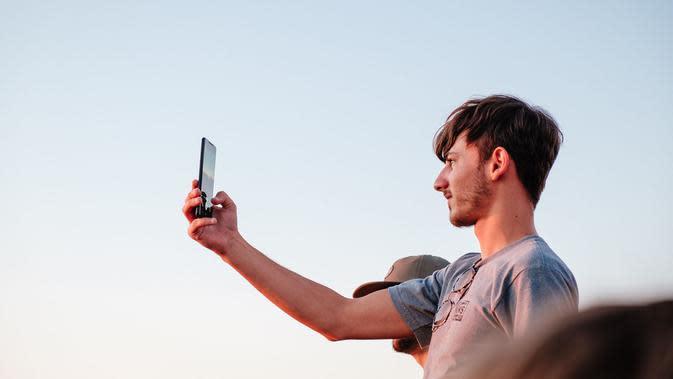 Ilustrasi swafoto, selfie. (Photo by Johan Mouchet on Unsplash)