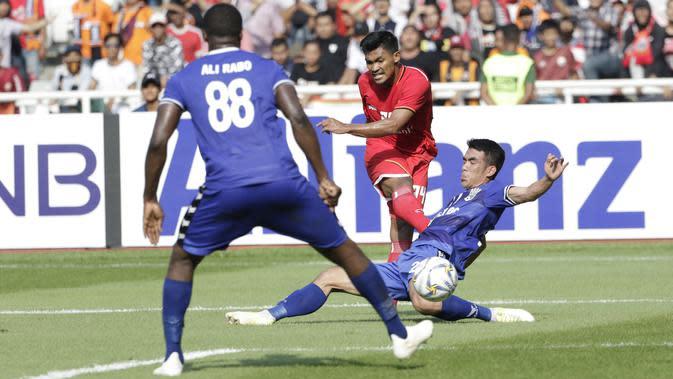 Striker Persija Jakarta, Heri Susanto, melepaskan tendangan ke gawang Becamex Binh Duong pada laga Piala AFC di SUGBK, Jakarta, Selasa (26/2). Kedua klub bermain imbang 0-0. (Bola.com/M. Iqbal Ichsan)
